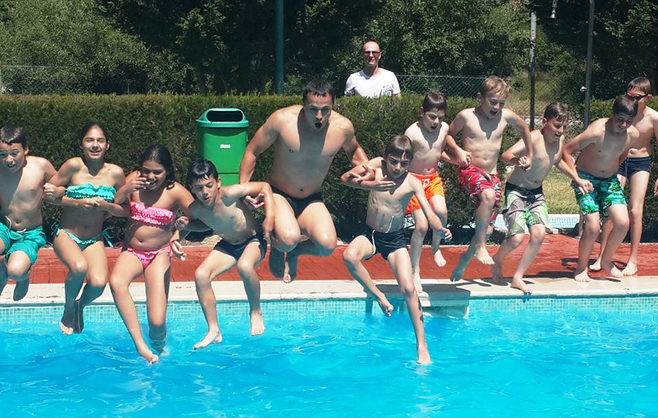 salto para a piscina